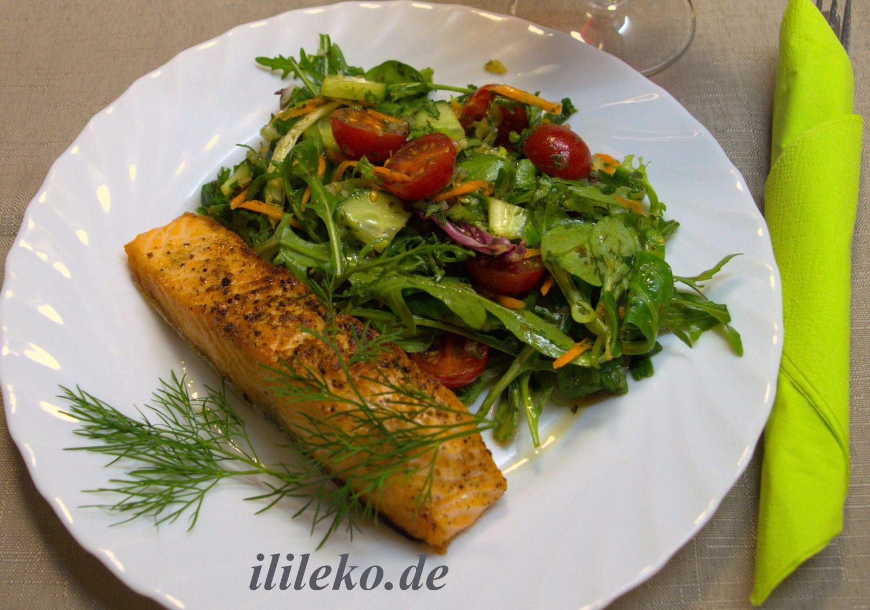 Gebratener Lachs mit Salat. - romantisches Abendessen zu